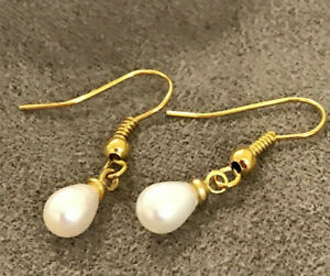 WHITE FRESHWATER PEARL EARRINGS. GOLD PLATED.