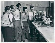 1944 General Electric Employee With Latin American Engineers NY Press Photo