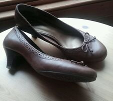 CLARKS LADIES SMALL KITTEN HEELS SIZE 4 BROWN COURT SHOES OFFICE/WORK/CASUAL