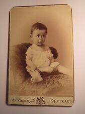Stuttgart - auf einem Sessel sitzendes kleines Kind - Portrait / KAB