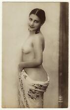PRETTY NUDE MODEL WITH INVITING GAZE POSES FOR PORTRAIT (P C PARIS 1920'S)