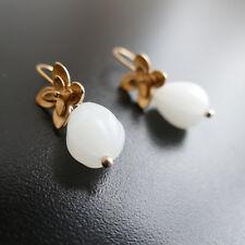 Ohrringe Ohrhänger Blume gold-rose Farbe mit weiße Glasperlen,von  Catia Levy