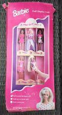 * Nuovo * RARE VINTAGE Barbie DOLL Display Unit/MENSOLA DA PARETE IN LEGNO-CONTIENE 6 Bambole