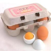 Niño de educación preescolar fingir jugar juguete de madera yema de huevo cocina