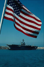 795015 USS Constellation encadrée par drapeau base navale de SAN DIEGO CALIFORNIE USA A4 P