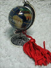Bomboniera per laurea, mappamondo in ceramica decorata con base in metallo.