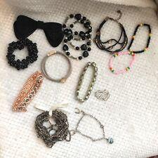 diverse Armbänder Haarschmuck Brosche Perlen Bettelarmband Pilgrim Strass
