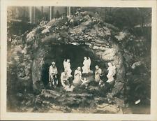 Intérieur d'église, crèche de Noël, vers 1930 Vintage citrate print. Tira