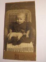 Eckernförde - kleines Kind - Baby im Korbsessel mit Spielzeug Tier Hund / CDV