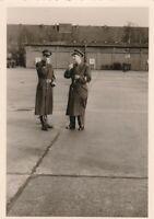 Echtfoto zwei Soldaten im Gespräch Bundeswehr Luftwaffe