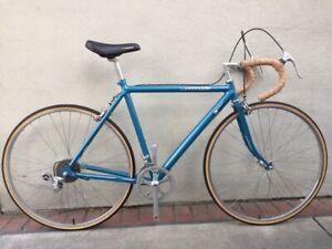 "Vintage 1980's 21"" Cannondale R300 road bike shimano 600 group 27"" Araya wheels"