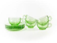 Tassen und Untertassen aus Glas