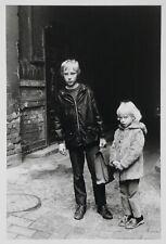 Helga Paris, Orig.-Fotografie, signiert, Häuser und Gesichter. Halle 1983–85/DDR
