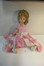 C121 Ancienne poupée habillée d'une robe rose