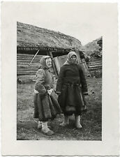 RUSSIAN WOMEN POSE FOR CAMERA & ORIGINAL ca 1940's PHOTO TAKEN BY GERMAN SOLDIER