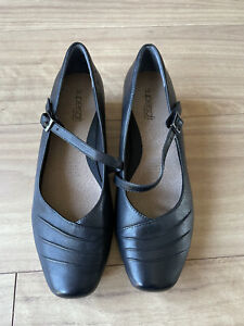 Ladies black Supersoft by Diana Ferrari NEW flat shoes - size 9c