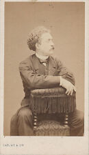 Photo cdv : Carjat et Cie ; Bourgeois assis en califourchon de profil, vers 1863