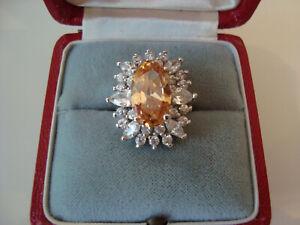 Aufwendiger Ring mit brillantgeschliffenen Steinen