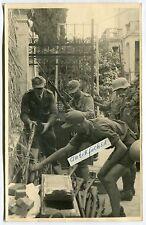 Foto - 2 : WH-Truppen bei Waffen-Ausgabe in Italien 1944 beim Bandenkampf