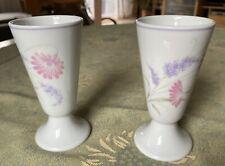Porcelaine Limoges France 2x Vasen 14 cm mit Fuß lavendel- u rosafarbenen Blumen