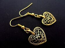 A PAIR OF GOLD COLOUR DANGLY HEART DANGLY EARRINGS. NEW.