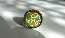 Bague ronde, aux motifs de fleurs vertes sur fond doré, de type japonais (washi)