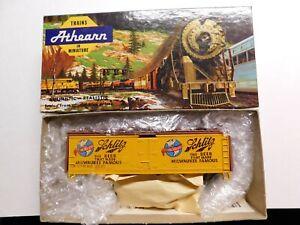 HO Scale - Athearn - SCHLITZ Beer Milwaukee Famous Reefer Train Car URTC #92132