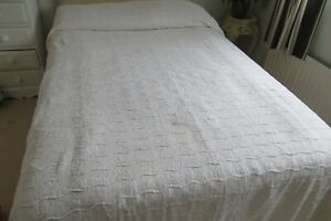 VINTAGE WHITE CANDLEWICK BEDCOVER COUNTERPANE 69 X 104 INCHES
