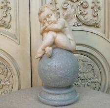 kleiner Engel Skulptur Statue Figur Putte auf Kugel träumend Schutzengel