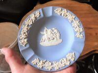 ELEGANT WEDGWOOD BLUE WITH WHITE GRAPES RELIEF JASPER ASHTRAY PEGASUS CENTRE