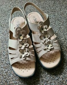 Softlies Womens Size 5 Beige Flower Sandals Brand New Charity Auction