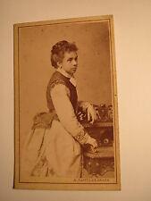 Wieden Wien - stehende junge Frau mit Zopf im Reifrock - Kulisse / CDV