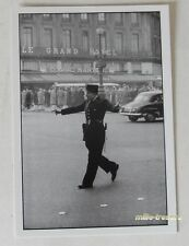 Carte Postale Photo Frank HORVAT : PARIS Flic 1959 devant LE GRAND HOTEL
