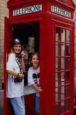 673030 jeunes filles à old style cabine téléphonique Londres England A4 papier photo
