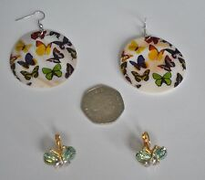 2 PAIRS EARRINGS (BUTTERFLIES): LARGE ROUND HANGING SHELL & GREEN SPARKLY STUDS