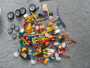 SET OF K'NEX PIECES (425 IN TOTAL) PLUS INSTRUCTION MANUAL