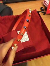 Genuine Entièrement neuf dans sa boîte Valentino Rockstud Cuir Bandeau Corail Rouge Prix De Vente Conseillé 145
