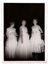 3 femmes en robe de soirée -  photo ancienne an. 1955