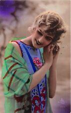 Cartolina - Postcard - Donna - abito azzurro a fiori - scialle verde