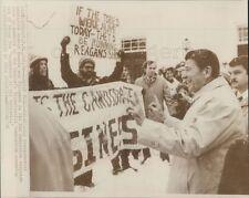 1976 Press Photo Ronald Reagan Smiles at People Protesting Him New Hampshire