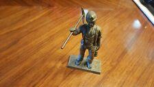 mineur en bronze avec pioche