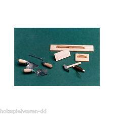 Liebe HANDARBEIT 46139 Maurerwerkzeug 8-teilig 1:12 Puppenhaus Holz (1201) NEU!#