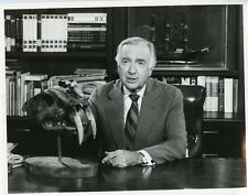 WALTER CRONKITE PORTRAIT SABER TOOTH TIGER ORIGINAL 1976 CBS TV PHOTO