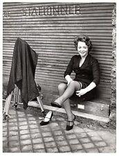 U057 Photographie vintage Originale Photographe femme bas nylon Roger Jally phto