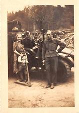 Kind mit Roller und Mutter bei Soldaten mit LKW Krupp - Protze