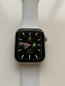 Watch Series 4 40mm Silver Aluminum Case with White Sport Band (GPS)
