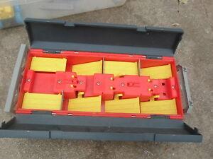 1997 Mattel hot wheels carrier case holds 16,w handle