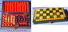 Très beau jeu d'échecs en bois peint bleu et sable, boitier en bois peint bleu,