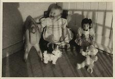 PHOTO ANCIENNE - VINTAGE SNAPSHOT - ENFANT BÉBÉ JOUET POUPÉE OURSON RIRE DRÔLE