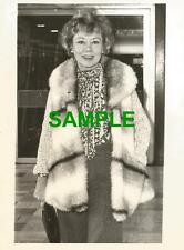 ORIGINAL PRESS PHOTO - ACTRESS GLYNIS JOHNS AT LONDON HEATHROW AIRPORT 1974